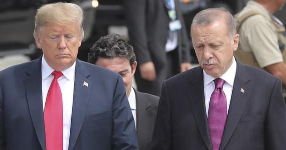 Władze Turcji podwoiły cła na niektóre towary importowane z USA, w tym samochody osobowe, alkohol i tytoń - poinformowano w środę w tureckim Dzienniku Ustaw. Według Ankary jest to odpowiedź na celowe ataki USA na turecką gospodarkę.
