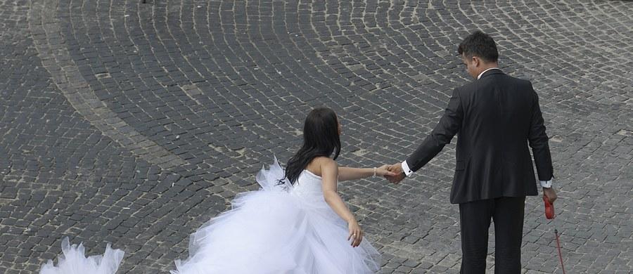 """Z danych Głównego Urzędu Statystycznego wynika, że coraz częściej decydują się na rozwód małżeństwa z długim stażem. Decyzję o rozwodzie podejmują głównie kobiety - informuje """"Dziennik Gazeta Prawna""""."""