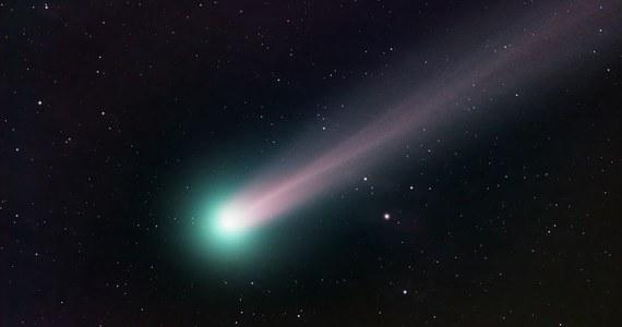 """Nie tylko """"spadające gwiazdy"""", czyli Perseidy są warte odnotowania, jeżeli chodzi o aktywność ciał niebieskich w sierpniu. Na niebie pojawiły się też dwie komety. Jedną z nich można już zobaczyć przez lornetkę."""
