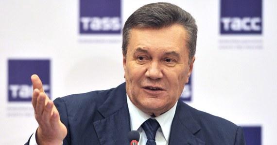 Ukraińscy prokuratorzy zażądali 15 lat więzienia dla ukrywającego się w Rosji byłego prezydenta Ukrainy Wiktora Janukowycza, który sądzony jest w swoim kraju za zdradę stanu. W czwartek w Kijowie zakończyło się odczytywanie mów oskarżycielskich w jego procesie.
