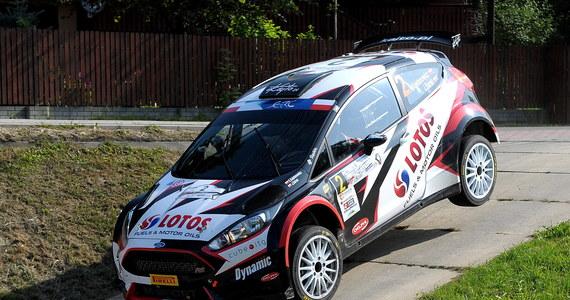Estończyk Ott Tanak wygrał pierwszy odcinek specjalny Rajdu Niemiec, dziewiątej rundy mistrzostw świata. Dziewiąte miejsce zajął trzykrotny mistrz Europy Kajetan Kajetanowicz, tracąc do zwycięzcy 1,4 s. Drugi z polskich kierowców Łukasz Pieniążek był 17.