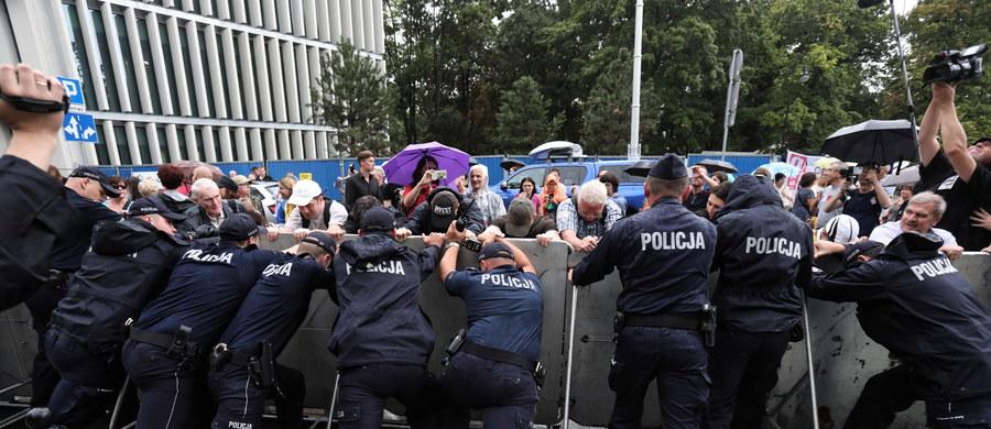 """""""Policja porządkuje bałagan z identyfikatorami po demonstracjach"""" – donosi """"Rzeczpospolita"""".  """"Wszyscy policjanci będą nosić na mundurach naszywki z nazwiskiem lub numer identyfikacyjny. Wybór należy do nich samych"""" – czytamy w dzienniku."""