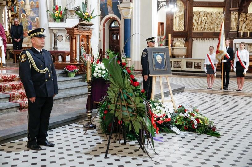 Wybitny aktor, uczciwy człowiek, wspaniały przyjaciel – tak wspominali w piątek znanego śląskiego aktora Bernarda Krawczyka artyści towarzyszący mu w ostatniej drodze. Aktor zmarł w sobotę w wieku 87 lat, ostatnia premiera z jego udziałem odbyła się w czerwcu.