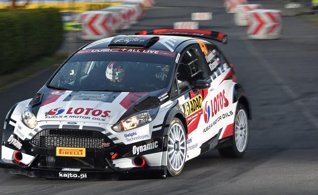 Kajetan Kajetanowicz i Maciej Szczepaniak do udanych zaliczą drugą pętlę piątkowego etapu Rajdu Niemiec. Zawodnicy rywalizujący w barwach LOTOS Rally Team utrzymywali bardzo dobre tempo na popołudniowych trzech odcinkach specjalnych i awansowali na czwartą pozycję w kategorii WRC-2! Trzykrotny Rajdowy Mistrz Europy nabiera doświadczenia na niemieckich trasach, z każdym kilometrem zwiększając tempo jazdy. Co ważne, nieduża strata Polaków do liderów liczona jest w sekundach, co bardzo pozytywnie nastraja przed kolejnym etapem zmagań.