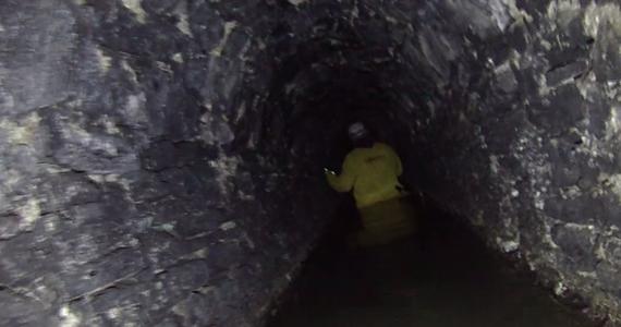 Mogą być ich setki w całej Polsce. Szacuje się, że tylko w Górach Sowich jest koło czterystu starych kopalni. Zapomniane, zamknięte od dziesięcioleci stanowią swoistą kapsułę czasu. Kiedyś przyciągały poszukiwaczy cennych kruszców. Dziś budzą zainteresowanie wśród eksploratorów i pasjonatów podziemnej turystyki.