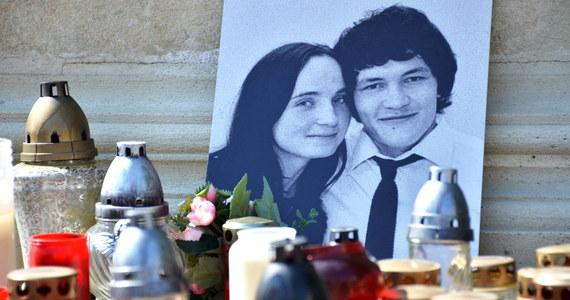 """300 słowackich dziennikarzy i wydawców prasy podpisało list otwarty, kwestionujący niezależność śledztwa w sprawie morderstwa dziennikarza śledczego Jana Kuciaka i jego partnerki. Od zabójstwa minęło prawie pół roku. """"Nadal nie wiemy, kto ich zabił i dlaczego to zrobił"""" - piszą dziennikarze."""