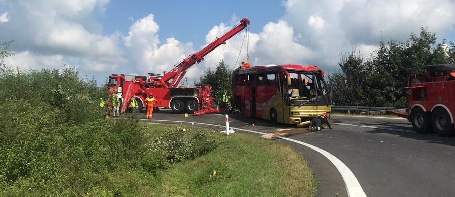 Kierowca ukraińskiego autokaru, który miał wypadek w Leszczawie Dolnej na Podkarpaciu, został zatrzymany. Na drodze nr 28 między Przemyślem a Sanokiem autokar przebił barierę energochłonną i uderzył w stojący na zakręcie drewniany krzyż, a następnie przekoziołkował i stoczył się ze skarpy. Zginęły 3 osoby, a 18 jest rannych. Wśród ofiar wypadku nie ma dzieci.