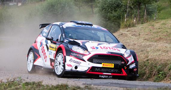 Trwa najdłuższy etap Rajdu Niemiec, dziewiątej rundy Rajdowych Mistrzostw Świata (WRC). Kajetan Kajetanowicz i Maciej Szczepaniak, którzy po wczorajszym dniu wystartowali jako czwarta załoga kategorii WRC-2, pną się w górę klasyfikacji. Reprezentanci LOTOS Rally Team po jedenastu próbach są wiceliderami zmagań, tracąc jedynie 22 sekundy do prowadzących.