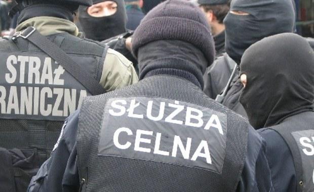 Federacja Związków Zawodowych Służb Mundurowych poinformowała w sobotę, że przedstawiciele związków zawodowych służb mundurowych zadecydowali o przejściu w fazę protestu włoskiego. W związku z protestem zapowiadane są m.in. drobiazgowe kontrole na granicach.