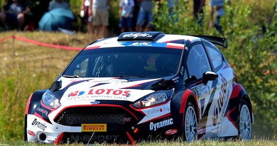 """Piętnasty odcinek specjalny zakończył trzeci dzień zmagań w Rajdzie Niemiec, 9. rundzie Rajdowych Mistrzostw Świata. Był to bardzo udany etap dla Kajetana Kajetanowicza, który debiutuje w tych zawodach. Trzykrotny Rajdowy Mistrz Europy kończył odcinki w czołówce tabeli wyników kategorii WRC-2 i na koniec dnia plasuje się zaledwie 7,8 sekundy za liderem. Pilotowany przez Macieja Szczepaniaka kierowca LOTOS Rally Team zajmuje aktualnie 4. pozycję, do podium brakuje mu niespełna 2 sekund. Zacięta rywalizacja """"o długość zderzaka"""" powoduje, że jutro jeszcze wszystko może się zdarzyć."""