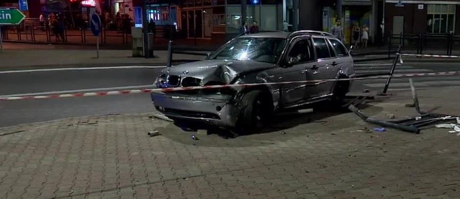 18 letni kierowca został zatrzymany w Stargardzie w związku z wypadkiem, do którego doszło na Placu Wolności przy zjeździe z ulicy Wyszyńskiego. Informację o tym zdarzeniu dostaliśmy na Gorącą Linię RMF FM.
