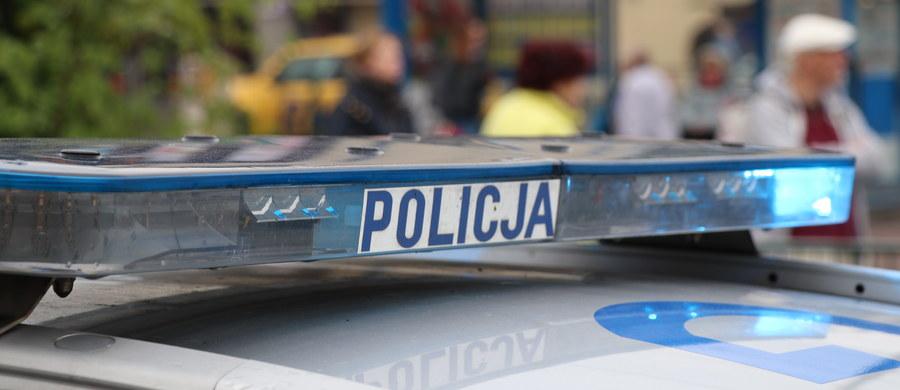 Dwoje nastolatków wypadło z niezabezpieczonego balkonu z wysokości ok. 3-4 metrów. 17-letnia dziewczyna i 16-latek zostali zabrani do szpitala. Okoliczności zdarzenia są obecnie wyjaśniane.