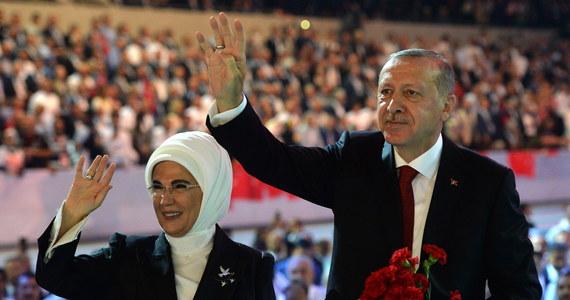 Delegacja sprawującej władzę w autonomicznym irackim Regionie Kurdystanu Kurdyjskiej Partii Demokratycznej (KDP) przebywała w sobotę w Ankarze, gdzie na zaproszenie tureckiej rządzącej Partii Sprawiedliwości i Rozwoju wzięła udział w jej kongresie. Liderem AKP jest prezydent Turcji Recep Tayyip Erdogan.