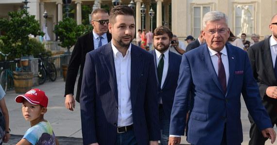 Kandydat Zjednoczonej Prawicy na prezydenta Warszawy Patryk Jaki zaprezentował w niedzielę swój sztab wyborczy; szefem sztabu został dotychczasowy rzecznik komisji weryfikacyjnej Oliwer Kubicki. Marszałek Senatu Stanisław Karczewski będzie szefem komitetu poparcia.