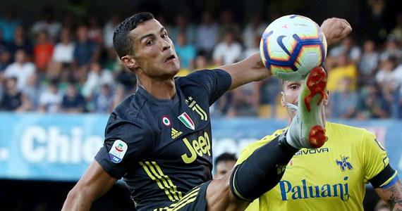 Bramkarz Chievo Werona Stefano Sorrentino doznał złamania nosa po starciu z Cristiano Ronaldo w sobotnim meczu z Juventusem (2:3) w pierwszej kolejce włoskiej ekstraklasy piłkarskiej. Bramkę dla zespołu z Werony strzelił Mariusz Stępiński.