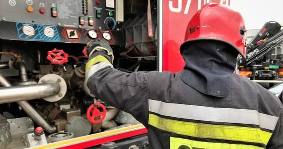 10 zastępów straży pożarnej gasi duży pożar wysypiska śmieci w Kobiernikach koło Płocka.