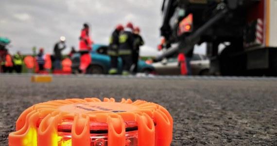 Siedem osób trafiło do szpitala po zderzeniu karetki pogotowia z samochodem osobowym w Warszawie.