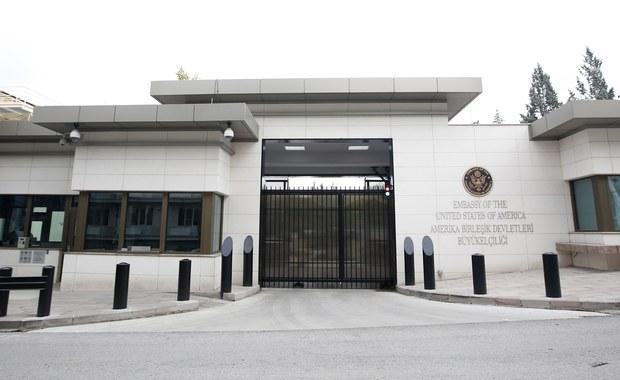 Nieznani sprawcy ostrzelali ambasadę Stanów Zjednoczonych w stolicy Turcji, Ankarze - poinformowały stacje telewizyjne Haberturk i CNN Turk. Nikt nie został ranny. Sprawcy zbiegli z miejsca zdarzenia.