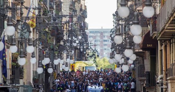 """Funkcjonariusz katalońskiej policji zastrzelił rano uzbrojonego w nóż mężczyznę, który wtargnął na komisariat w Barcelonie, krzycząc """"Allahu Akbar"""" (Bóg jest wielki) - poinformował hiszpański dziennik """"El Pais"""" na swojej stronie internetowej."""