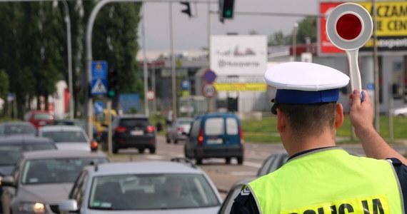 W lipcu tego roku policjanci wystawili kierowcom prawie pół miliona mandatów mniej niż w tym samym okresie ubiegłego roku - poinformowała PAP Komenda Główna Policji. Policjanci nie wykluczają, że może mieć to związek z trwającym protestem, w ramach którego częściej stosowane są pouczenia. Jak dowiedziała się PAP, w lipcu ubiegłego roku policjanci wystawili kierującym ponad 564 tys. mandatów i ponad 22,5 tys. pouczeń. W tym samym okresie 2018 roku liczba mandatów wystawionych kierowcom spadła do ponad 101 tys., wystawiono natomiast ponad 240 tys. pouczeń.