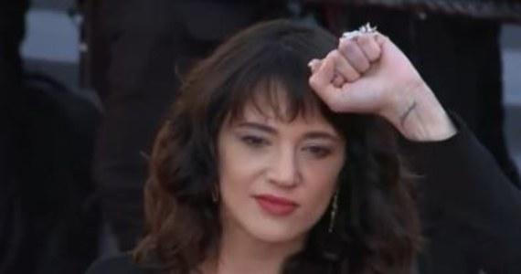 """Włoska aktorka Asia Argento stojąc na scenie podczas festiwalu filmowego w Cannes opowiadała o tym, jak padła ofiarą przemocy seksualnej ze strony Harveya Weinsteina. Teraz ona sama jest oskarżana o napaść seksualną. Argento miała molestować w 2013 roku 17-letniego chłopaka. Sama miała wtedy 37 lat – pisze o tym """"New York Times""""."""