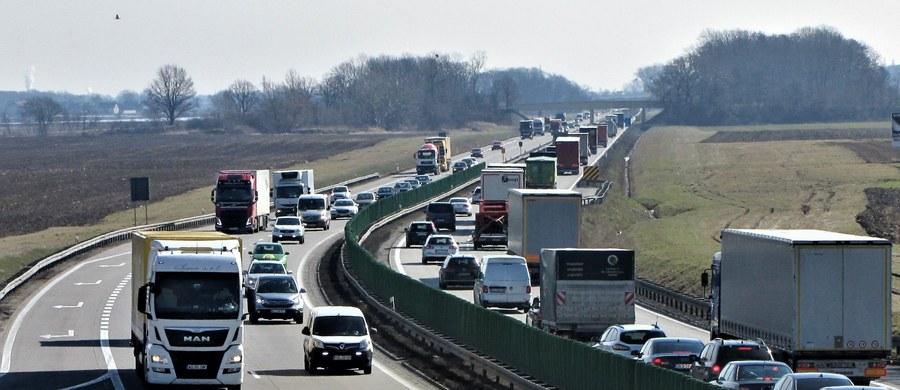 Najwyższa Izba Kontroli krytykuje brak miejsce parkingowych i postoi wyposażonych w stacje benzynowe, czyli tak zwanych Miejsc Obsługi Pasażera, przy autostradach i drogach ekspresowych.