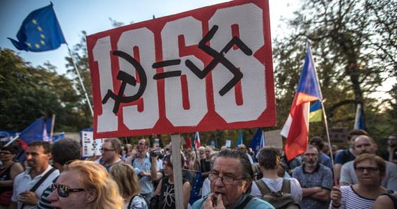 W przeddzień 50. rocznicy inwazji wojsk Układu Warszawskiego na Czechosłowację wczoraj wieczorem przed ambasadą Rosji w Pradze protestowało około 300 osób. Wspominano ofiary tamtych wydarzeń i krytykowano aktualną, agresywną politykę Kremla.