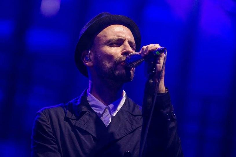 """Po czterech dotychczasowych singlach - """"Kurz"""", """"Mój kraj znika"""", """"Nie za miłe wiadomości"""", """"2020"""", przyszedł czas na piąty. """"1,5 metra"""" to najnowszy utwór zespołu Fisz Emade Tworzywo, z nadchodzącej płyty """"Ballady i Protesty""""."""