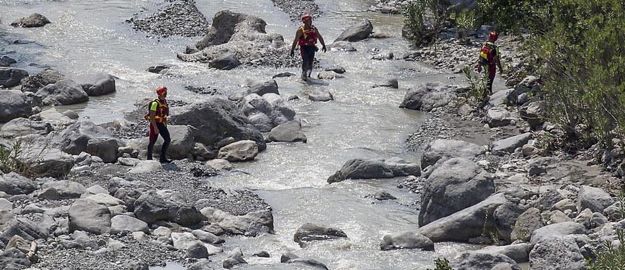 Dziesięć ofiar śmiertelnych - to podany przez ratowników nowy bilans poniedziałkowego wypadku w parku narodowym Pollino w Kalabrii na południu Włoch. Turystów porwał tam strumień. Wcześniej informowano o 11 ofiarach śmiertelnych. Odnaleziono trzy żywe osoby, których poszukiwano przez całą noc.