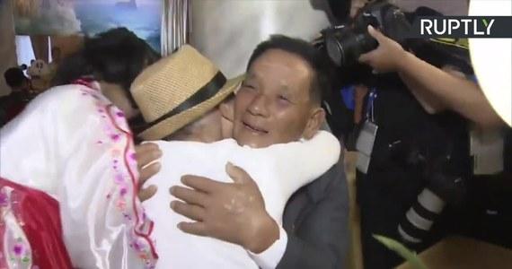 92-letnia Lee Keum-seom spotkała się ze swoim synem po raz pierwszy od 68 lat. Kobieta została oddzielona od dziecka w trakcie wojny koreańskiej, gdy chłopiec miał zaledwie 4 lata. Lee towarzyszyły dwie córki, siostry Sanga, które wychowywała w Korei Południowej. Do spotkania przedstawicieli rodzin rozdzielonych w wyniku trwającego w latach 1950-53 konfliktu doszło na mocy porozumienia władz w Pjongjangu i Seulu.