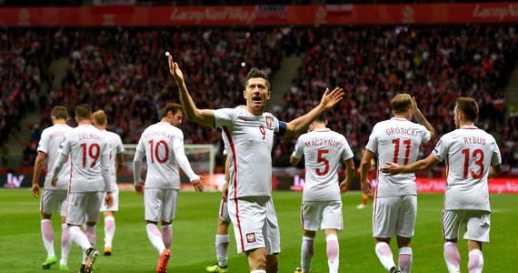 """Robert Lewandowski wyraził żal, że w kwietniu i maju, gdy był ostro krytykowany, nikt z szefów monachijskiego klubu nie stanął w jego obronie. Polski piłkarz podkreślił przy tym, że w tej chwili porzucił już plany transferowe i jego serce """"znów bije dla Bayernu""""."""