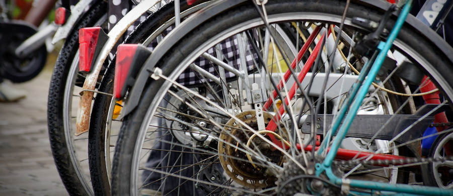 Zarzut usiłowania zabójstwa usłyszał mieszkaniec Kołobrzegu, który zaatakował rowerzystę. Kilka razy uderzył go kamieniem w głowę. Ofiara w ciężkim stanie przebywa w szpitalu.