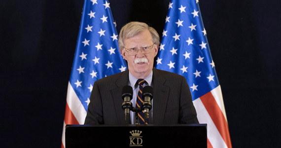 """USA """"bardzo mocno"""" zareagują, jeśli reżim prezydenta Syrii Baszara el-Asada użyje broni chemicznej w prowincji Idlib na północnym zachodzie kraju - powiedział John Bolton, doradca ds. bezpieczeństwa narodowego prezydenta USA Donalda Trumpa. Bolton, który przebywa z trzydniową wizytą w Izraelu, dodał, że ufa, iż poprzednie amerykańskie ataki przeciwko reżimowi syryjskiemu miały skutek odstraszający. """"Ale niech będzie jasne: jeśli reżim syryjski użyje broni chemicznej, zareagujemy bardzo mocno. (Syryjczycy) powinni dobrze zastanowić się przed podjęciem jakiejkolwiek decyzji (w tej sprawie)"""" - powiedział Bolton na konferencji prasowej po rozmowach z izraelskimi przywódcami."""