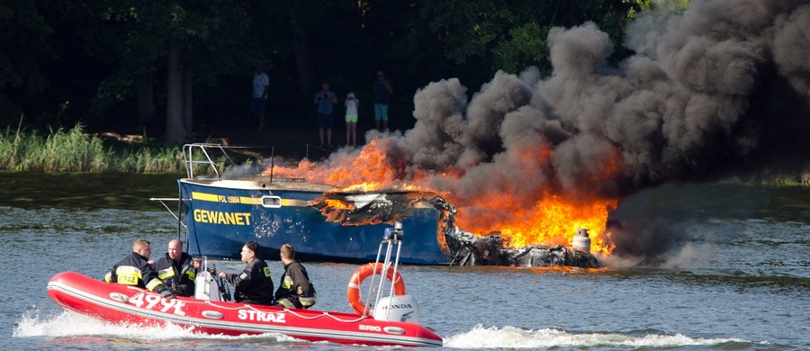 Do groźnej sytuacji doszło na jeziorze Mikołajskim w Mikołajkach. Po zatankowaniu jeden z houseboatów zaczął się palić. Dwóm osobom, które były na pokładzie, nic się nie stało.