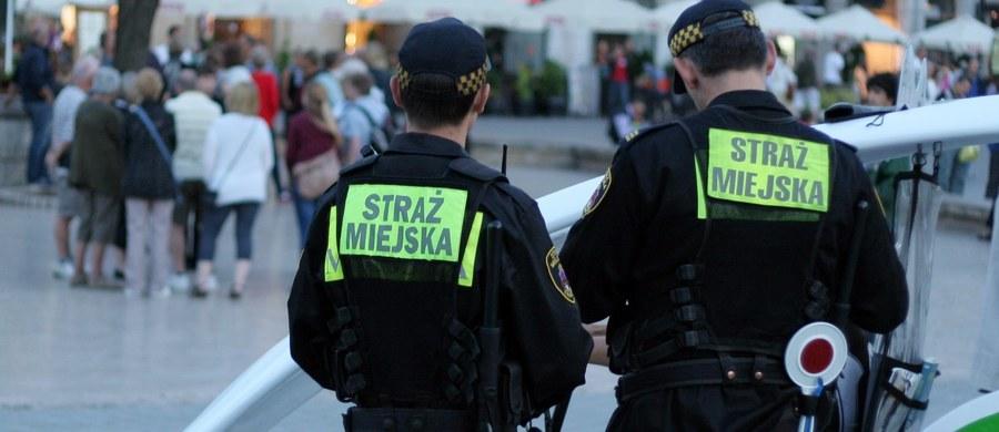 Do warszawskich strażników miejskich, którzy w środę patrolowali Śródmieście, na skrzyżowaniu Wilczej i Marszałkowskiej podbiegły dwie siostry i powiedziały, że chwilę wcześniej były zaczepiane przez pedofila. Strażnicy w kilka minut namierzyli i zatrzymali mężczyznę.