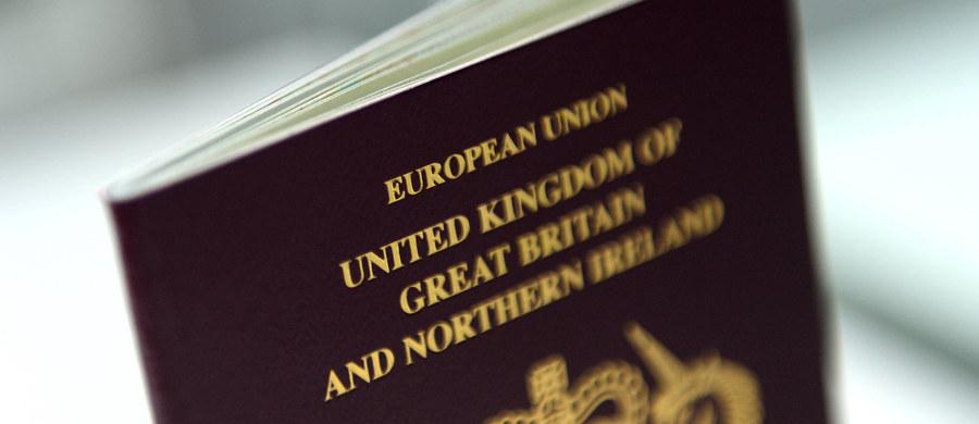 Dzieci obywateli Unii Europejskiej mieszkające w Wielkiej Brytanii mają problemy z przedłużeniem ważności paszportów. Łącznie odmowę otrzymało ponad tysiąc rodzin, w tym Polacy. Powodem jest błąd w systemie brytyjskiego ministerstwa spraw wewnętrznych.