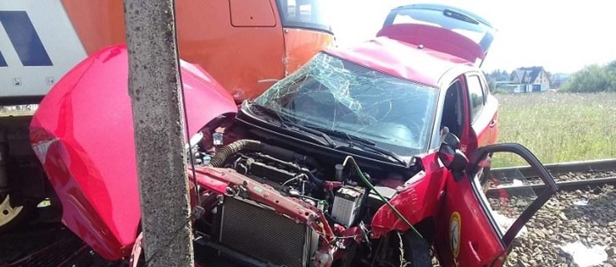Samochód nauki jazdy zderzył się z pociągiem na niestrzeżonym przejeździe kolejowym w Zaskalu koło Nowego Targu w Małopolsce. Kierująca autem 18-latka zmarła. Jak dowiedział się reporter RMF FM - egzaminatorowi udało się uciec z samochodu przed zderzeniem z pociągiem.
