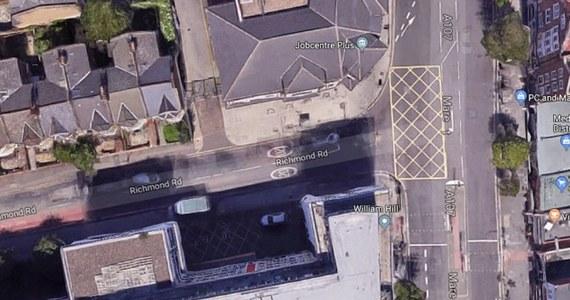 Londyńska gmina Hackney na ustawieniu jednego tylko znaku drogowego zarobiła w dwa miesiące prawie milion funtów. To łączna suma mandatów, jakie otrzymali kierowcy po ustawieniu zakazu skrętu w lewo, w pobliżu popularnej szkoły - donoszą brytyjskie media.