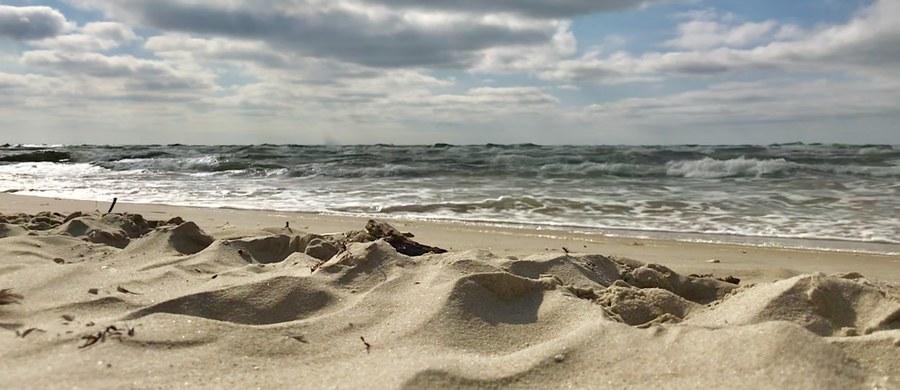 """Kąpieliska przy plaży centralnej w Ustroniu Morskim oraz przy plaży """"Rusinowo"""" w Jarosławcu zamknął sanepid. Zakaz kąpieli obowiązuje ze względu na przekroczoną normę bakterii E. coli."""