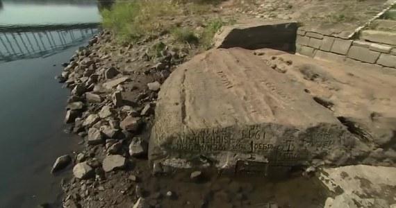 """Głazy znane jako """"kamienie głodu"""" na nowo pojawiły się na powierzchni, gdy przez suszę opadła rzeka Łaba. Na kilkunastu odkrytych głazach widnieją napisy z ostrzeżeniami przed """"nadchodzącymi ciężkimi czasami"""". Najstarsza wyryta data to 1616, oprócz niej na tym samym kamieniu widnieje napis """"Kiedy mnie zobaczysz, płacz"""". Głaz ten uważany jest za jeden z najstarszych punktów orientacyjnych w Europie Środkowej."""