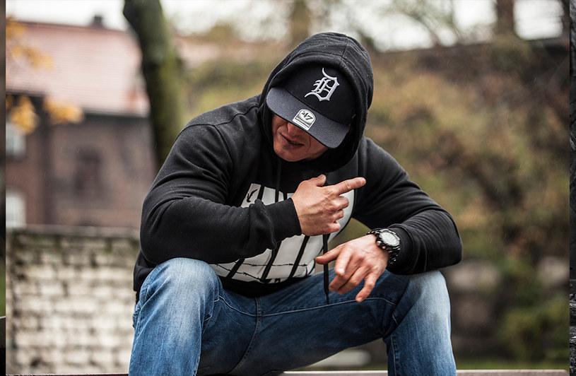 24 sierpnia swoje 40. urodziny świętowałby Tomasz Chada, jeden z najpopularniejszych raperów w Polsce. Przedstawiciel Step Records zmarł 18 marca tego roku w szpitalu psychiatrycznym w niewyjaśnionych do dziś okolicznościach.