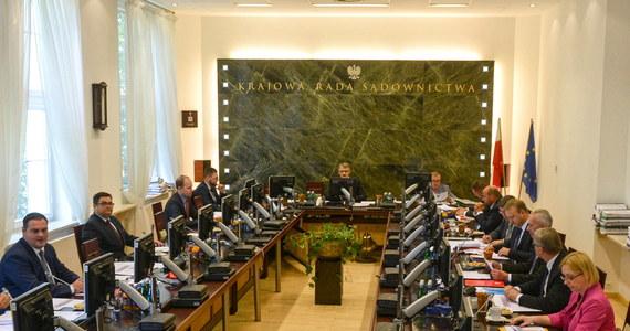 Kolejny dzień posiedzenia Krajowej Rady Sądownictwa i kolejny sędzia z rekomendacją. Wczoraj Radzie nie udało się wybrać kandydatów na wszystkie wolne miejsca w Izbie Dyscyplinarnej Sądu - przegłosowano 12 kandydatur, a wakatów jest 16. Dziś takich problemów nie było. Na wolne stanowisko w Izbie Karnej SN zarekomendowano sędziego Wojciecha Sycha.
