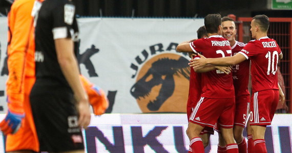 Piast Gliwice, grając od 12. minuty w liczebnej przewadze, pokonał u siebie Cracovię 3:1 w piątkowym pierwszym meczu 6. kolejki piłkarskiej ekstraklasy.
