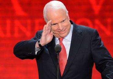 """""""Zmarł tak, jak żył - na własnych warunkach"""". Rodzina żegna Johna McCaina"""