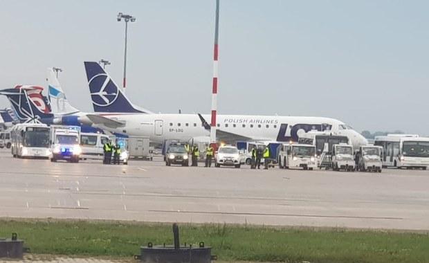 Kolejne problemy z samolotem LOT-u i kolejne awaryjne lądowanie w asyście straży pożarnej na warszawskim lotnisku im. Chopina. Znowu chodzi o turbośmigłowy samolot Bombardier Dash Q400. O poranku pasażerowie lecieli nim z Wrocławia do stolicy. Informacje o tym zdarzeniu dostaliśmy na Gorącą Linię RMF FM.