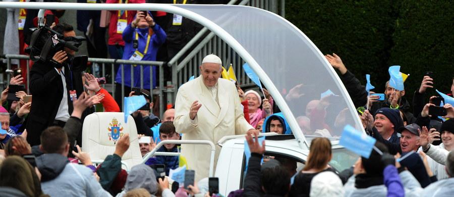 Papież Franciszek podczas wizyty w sanktuarium w Knock w północno-zachodniej Irlandii modlił się za ofiary pedofilii w Kościele w tym kraju. Dziesiątkom tysięcy wiernych powiedział, że błaga Boga o przebaczenie za te grzechy.