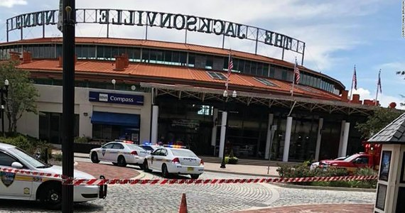 Napastnik, który otworzył ogień do uczestników turnieju gier wideo w Jacksonville, na Florydzie, zabił dwie osoby zanim popełnił samobójstwo. 11 osób zostało rannych - poinformował na konferencji prasowej w niedzielę szeryf Jacksonville Mike Williams.