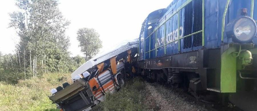Zderzenie autobusu z lokomotywą spalinową w miejscowości Skronina koło Opoczna w Łódzkiem. 3 osoby są poszkodowane.
