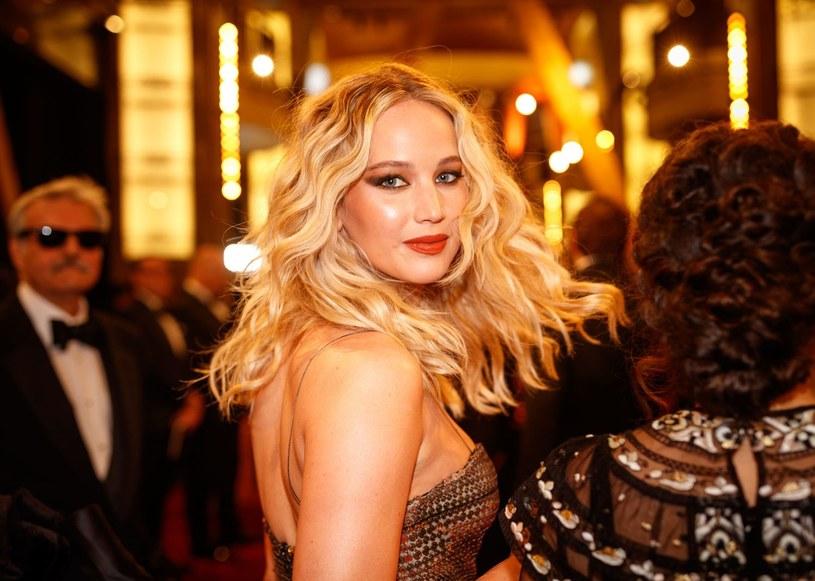 Jedna z najbardziej rozchwytywanych amerykańskich aktorek podziwiana jest nie tylko za aktorski kunszt, ale i olśniewający wygląd. Jak Jennifer Lawrence dba o urodę każdego dnia? Główne role w jej pielęgnacji odgrywają retinol i krem z filtrem.