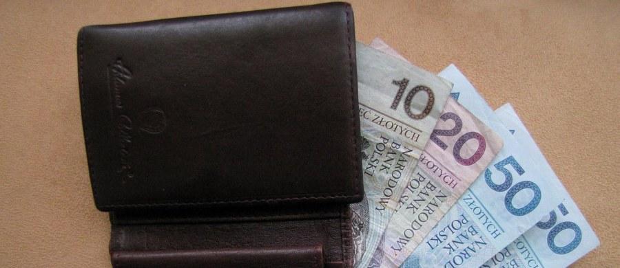 """Przed sądem stanie 16-latek, który metodą """"na policjanta"""" wyłudził od 78-letniego mężczyzny 700 tysięcy złotych. Zatrzymali go stołeczni policjanci."""